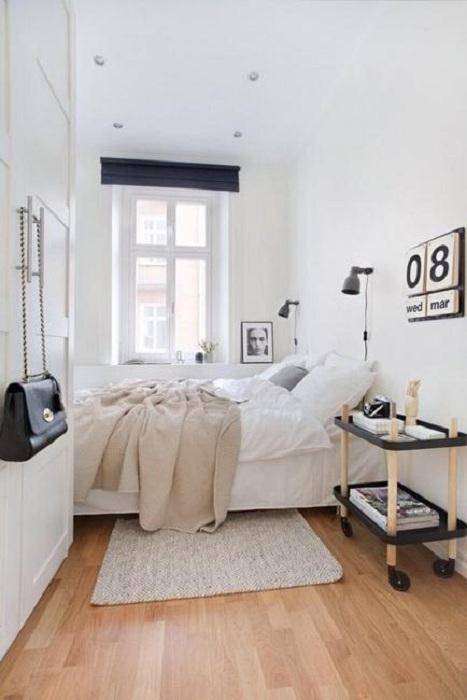 Небольшая спальня в светлых тонах, станет самым лучшим вариантом для отменного отдыха.