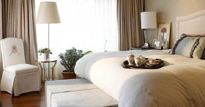 Оригинальная небольшая спальня в светлых тонах украшена нежно-кофейными шторами, что прекрасно дополняют интерьер.