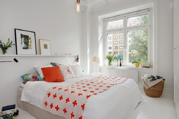 Светлый интерьер спальной, что точно порадует глаз и создаст легкую атмосферу.