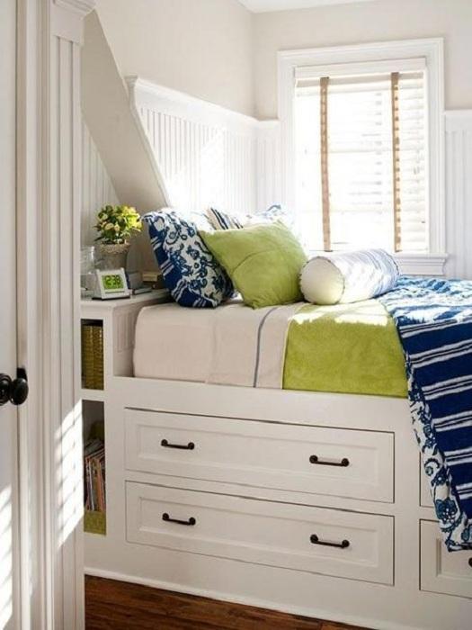 Прекрасный интерьер создан благодаря мини-диванчику у окна, который станет просто отличным решением.