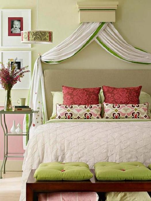 Просто хороший интерьер небольшой спальни что создаст просто теплую и комфортную атмосферу.