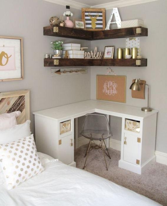 Интересный вариант оформления компактной спальной с отличным маленьким рабочим местом, что создаст определенный уют.