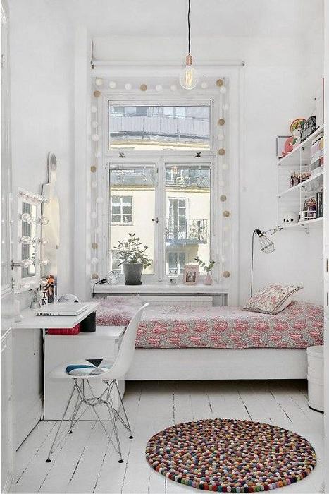 Атмосферность этой маленькой и симпатичной комнаты скрывается в тонкости уюта и особенностей декорирования.
