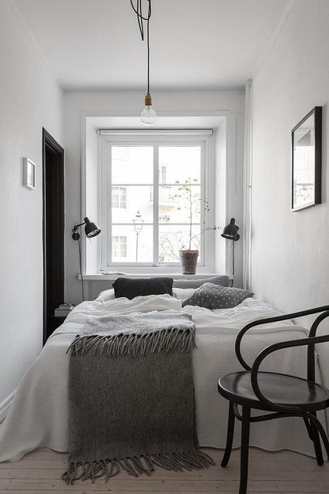 Маленькая спальня в светлых тонах с примесью серых акцентов, то что понравится.