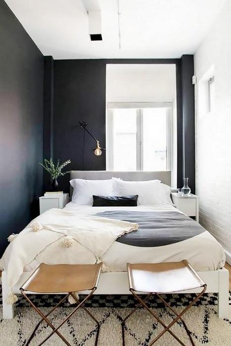 Симпатичный интерьер маленькой спальни в классических черно-белых тонах, что понравится.