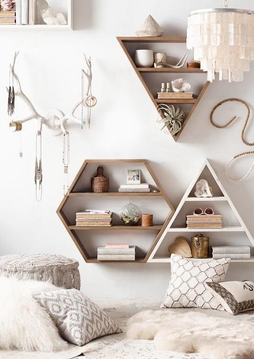 Прекрасный вариант создать теплую и уютную обстановку в такой маленькой спальной.