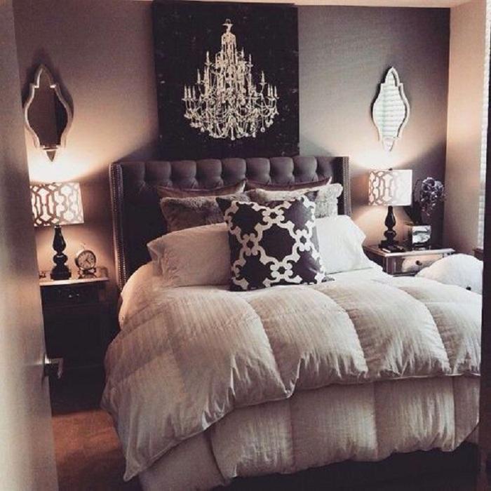 Интересный интерьер спальни в классических тонах, что порадует глаз и создаст интересную обстановку.