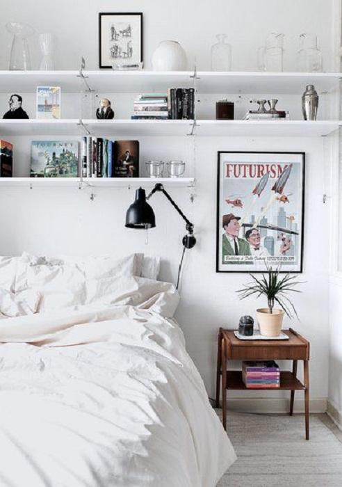 Прекрасный вариант преобразить спальню в светлых тонах при помощи обычных полок.