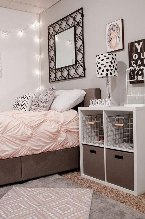 Оформление постели в нежных тонах, позволит по максимуму добавить нежных и теплых ноток в интерьер спальни.