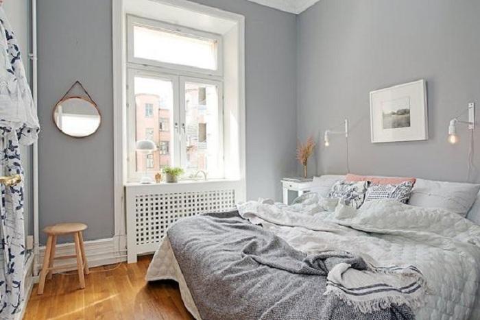Отменный вариант преображения интерьера спальни благодаря декорированию её в оригинальной цветовой гамме в светло-серых тонах.