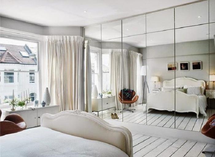 Хороший вариант оформления спальной с маленькой площадью, что расширяется за счет применения зеркал, что заметно увеличат пространство.