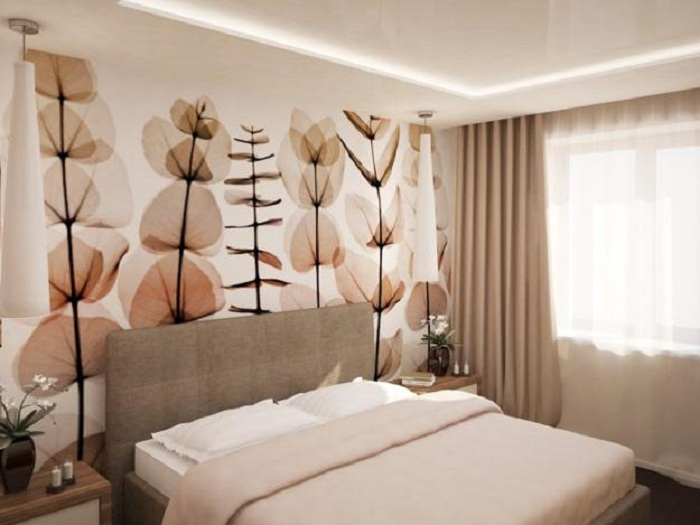 Спальня преображена за счет красивых обоев в кофейных и бежевых тонах, что станет самым лучшим вариантом для декора.