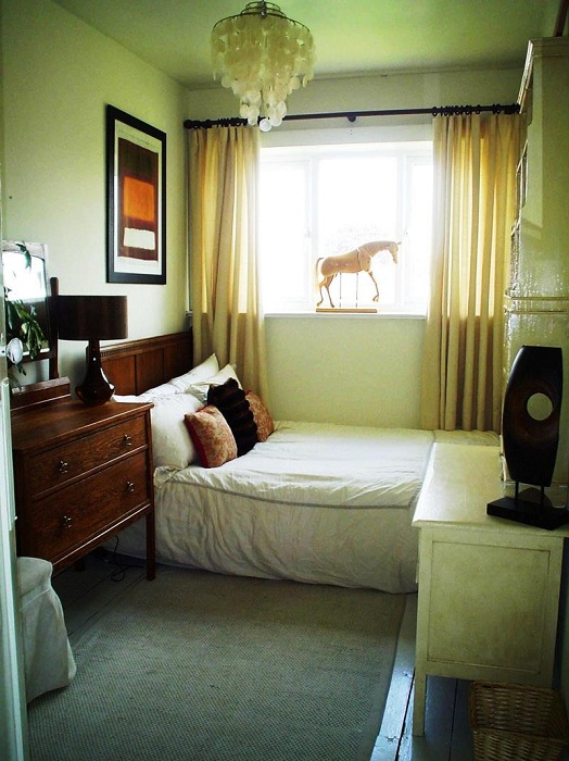 Отличный вариант оформить спальню в светло-зеленых тонах, что добавит легкости и уюта обстановке.