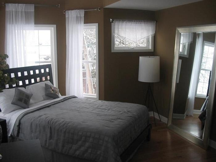 Отличный вариант оформления маленькой площади спальни в теплых тонах, что порадует.
