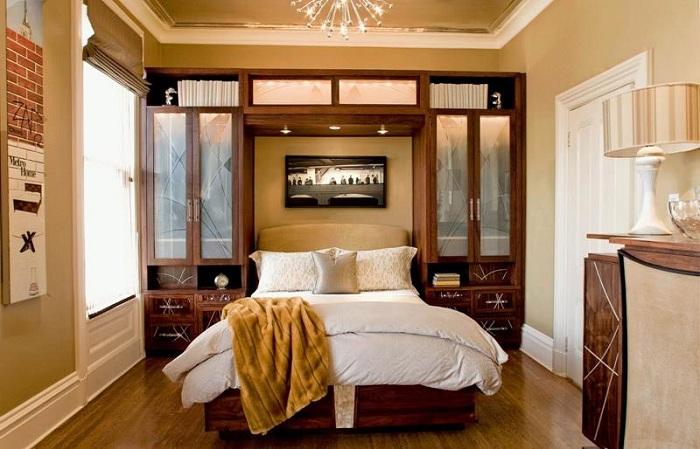 Оригинальное оформление спальни с маленькой площадью в золотистых тонах, что создаст легкое и прекрасное настроение.