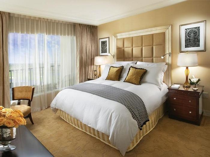Невероятный интерьер в золотом цвете станет просто самым лучшим вариантом для оформления спальни.