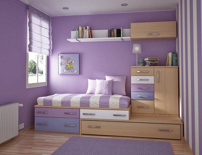 Нежная спальня в светло-сиреневых тонах, основой которой служит интересная и легкая обстановка.