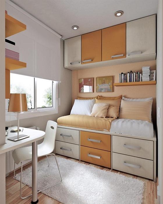 Маленькая площадь спальни не помеха при декорировании такого плана комнаты.