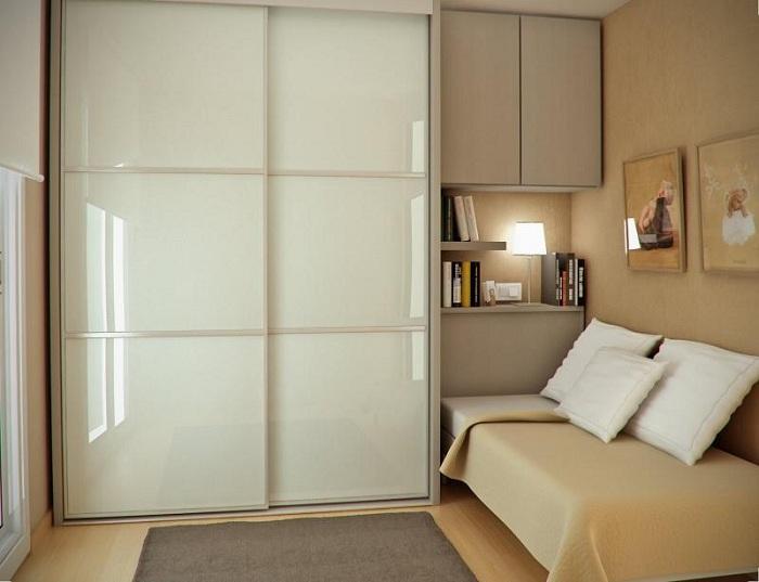 Оригинальная и нежная обстановка в маленькой спальне, которая просто и удачно оформлена в светлых тонах.