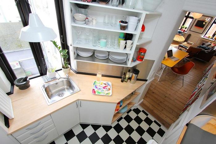 Крохотная площадь кухни позволила создать просто отличный и уютный интерьер.