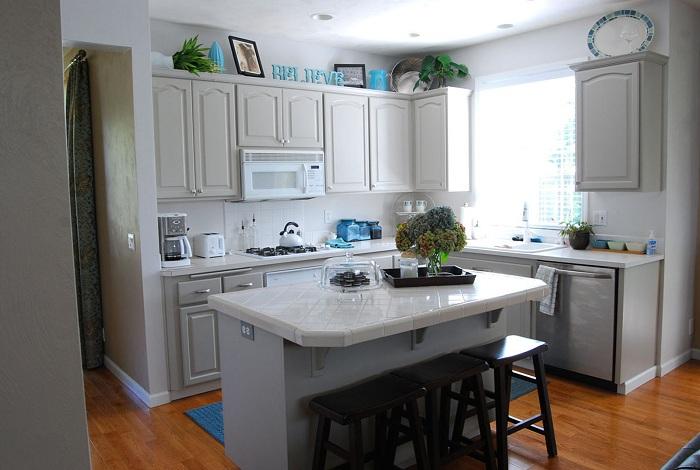 Просто отличный вариант оформления светлой кухни с небольшой полезной площадью.