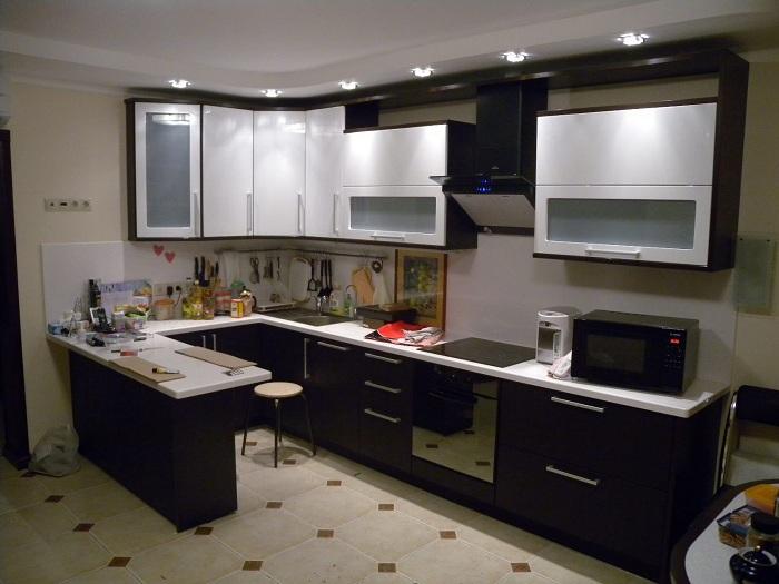 Оригинальный темный кухонный гарнитур с белыми столешницами, что преображают интерьер.