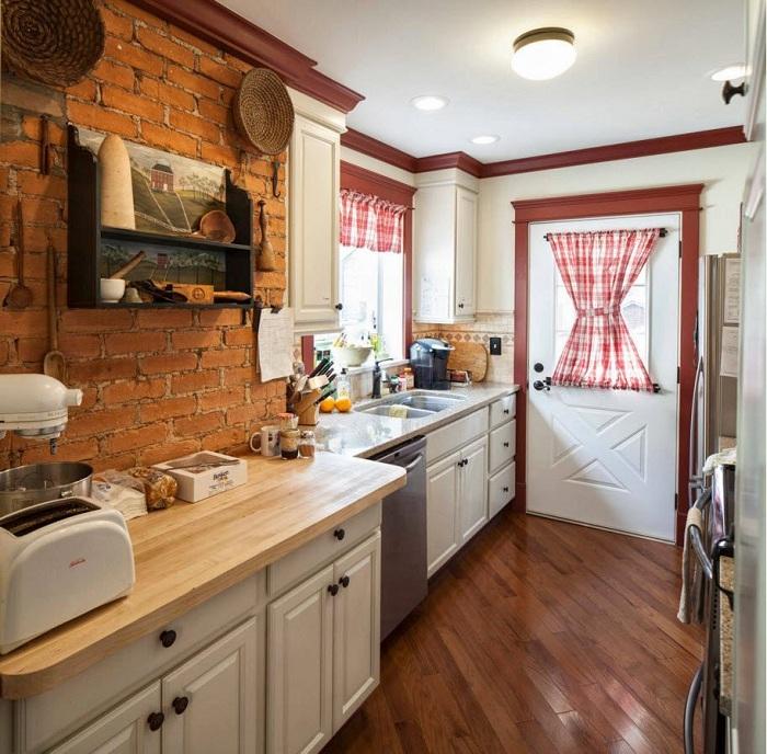 Хороший пример оформления кухни в теплых и уютных тонах, что станет просто находкой.