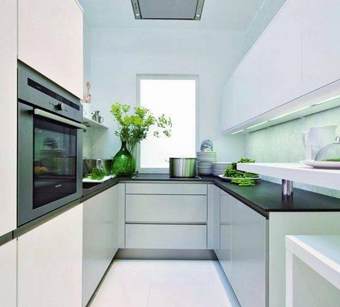 Отличный пример оформления интерьера кухни с маленькой площадью в светлых тонах с темными столешницами.
