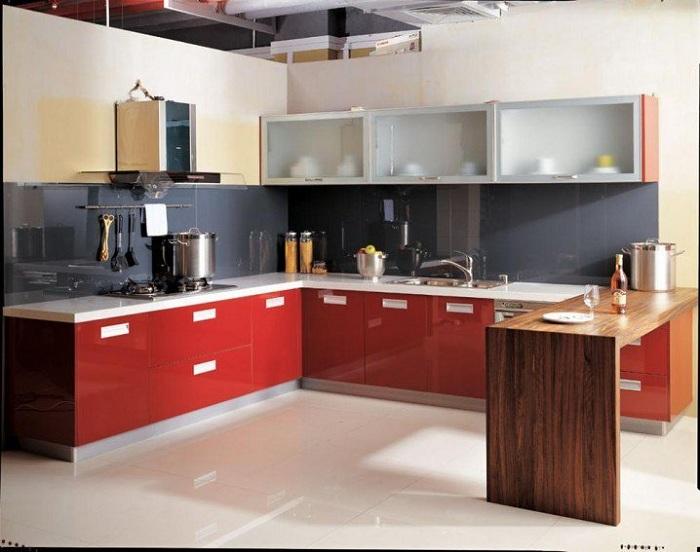 Небольшая кухня оформлена в утонченных тонах с примесью красного и темно-серого цветов, что выглядит очень интересно.