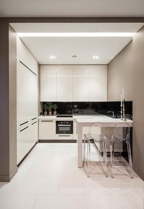 Что может быть еще лучше такой интересной легкой и прекрасной атмосферы на кухне в цвете слоновой кости.
