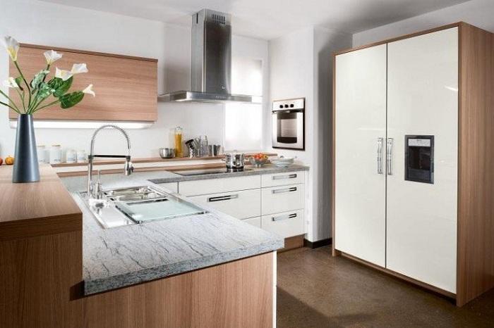 Симпатичный и легкий интерьер небольшой по площади кухни с применением дерева что смотрится просто отлично и оптимально.