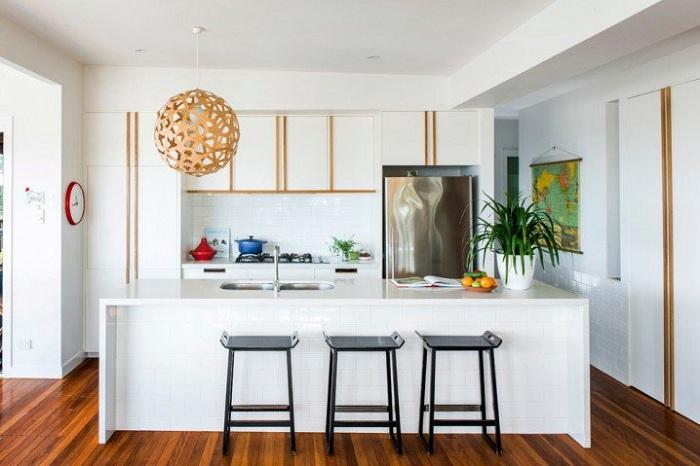 Небольшое кухонное пространство просто отлично преображено и украшено интересными элементами декора.