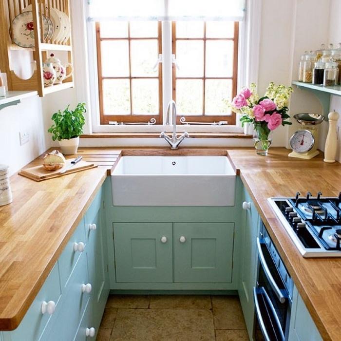Симпатичное и нежное оформление кухонного пространства создано благодаря использованию в нем нежных цветов и натуральных текстур.