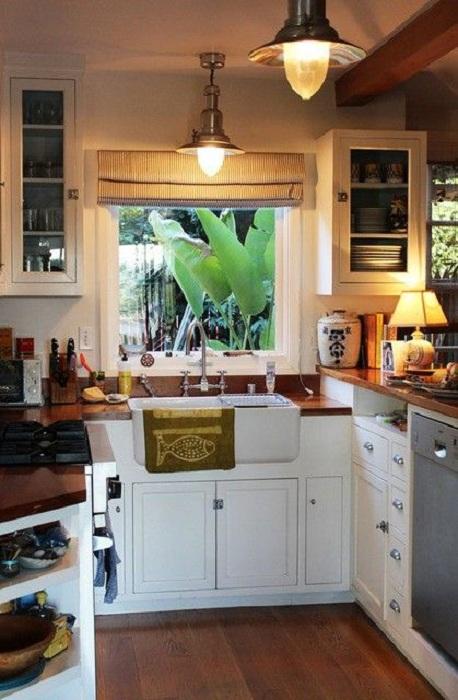 Мини-кухня, которая оформлена с применением деревянных элементов сама по себе смотрится очень гармонично.