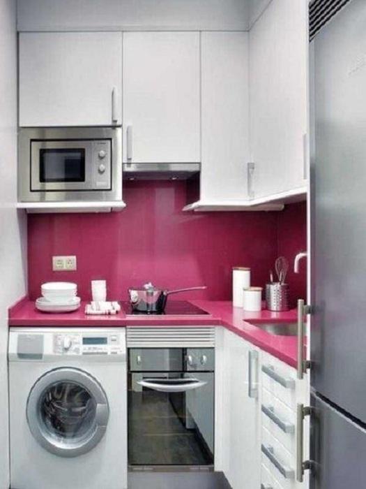 Симпатичное решение для кухонного пространства яркая стена на фоне светлой мебели, что создаст интересное настроение.