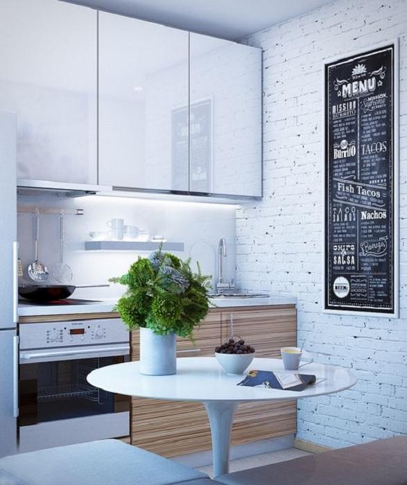 Прекрасный интерьер кухни с доской для записок и красивой мебелью, самое интересное решение для мини-кухни.