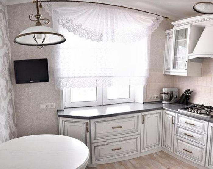 Просто нереальный интерьер в сливочных тонах станет идеальным цветовым решением для оформления кухни с маленькой площадью.