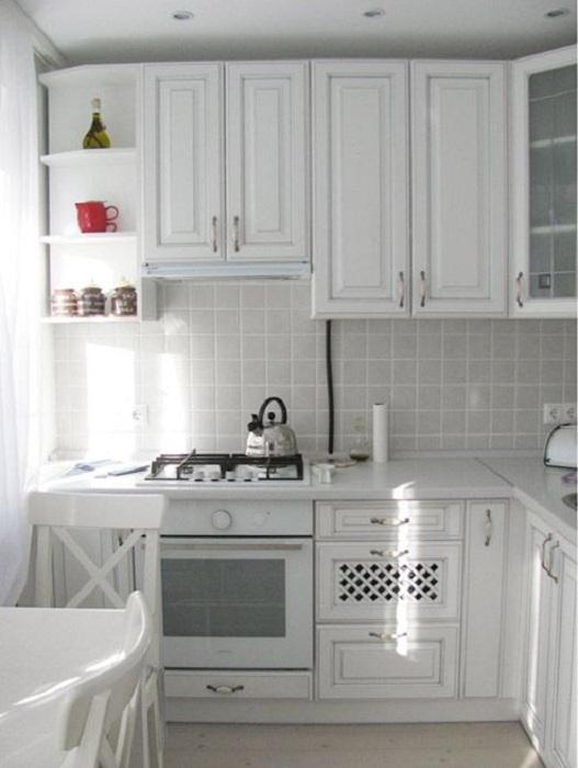 Красивая белоснежная кухня станет просто отменным вариантом для приятного времяпровождения и приготовления вкусных блюд.