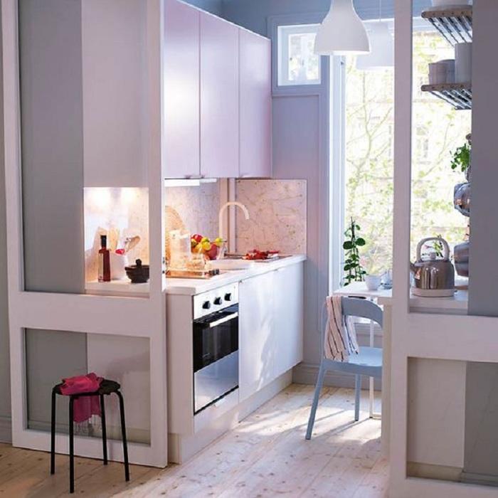 Красивое оформление кухни в белом цвете с отливом, что просто и практично впишется в любой интерьер.