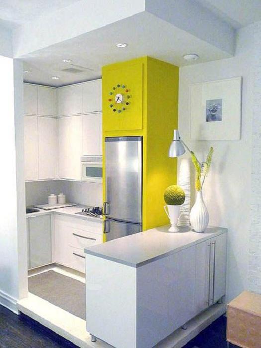 Светлый интерьер мини-кухни в дополнении с ярким акцентом, что может быть лучше в декорировании кухни такого типа.