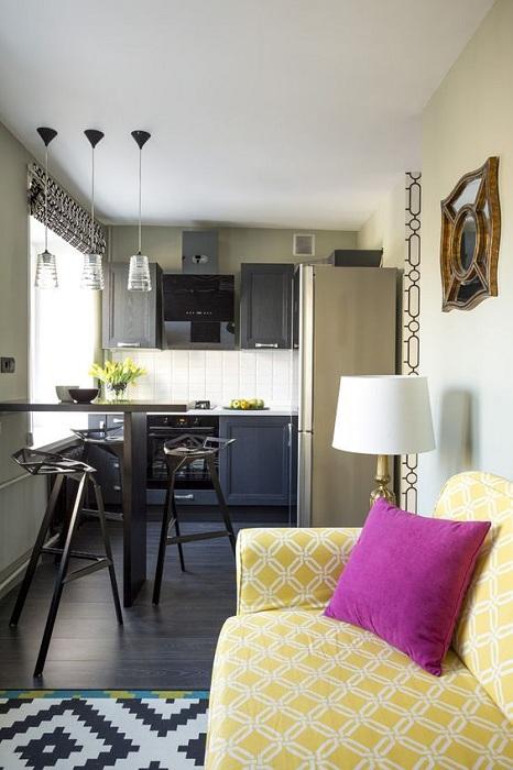 Прекрасная обстановка на кухне в темно-сером цвете, которая станет просто отличным вариантом для оформления уютного помещения.