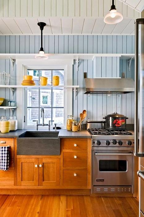 Хороший вариант оформления мини-кухни в дереве, что создаст по-своему теплую и уютную обстановку в комнате.