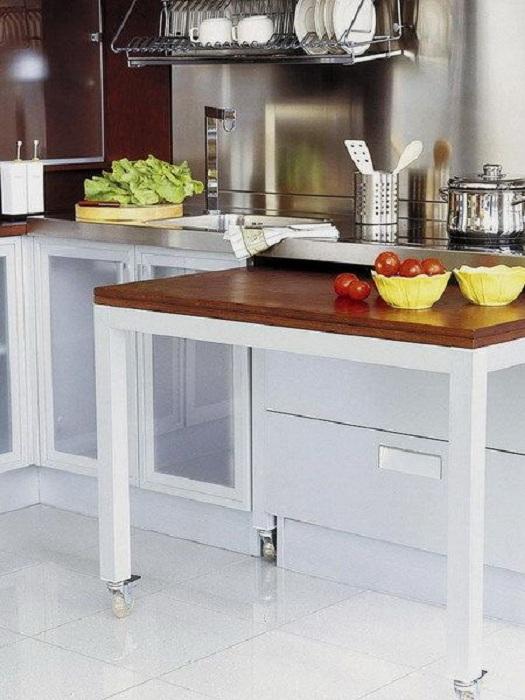 Хорошенький вариант интерьера на кухне создан при помощи удачной компановки деталей интерьера.