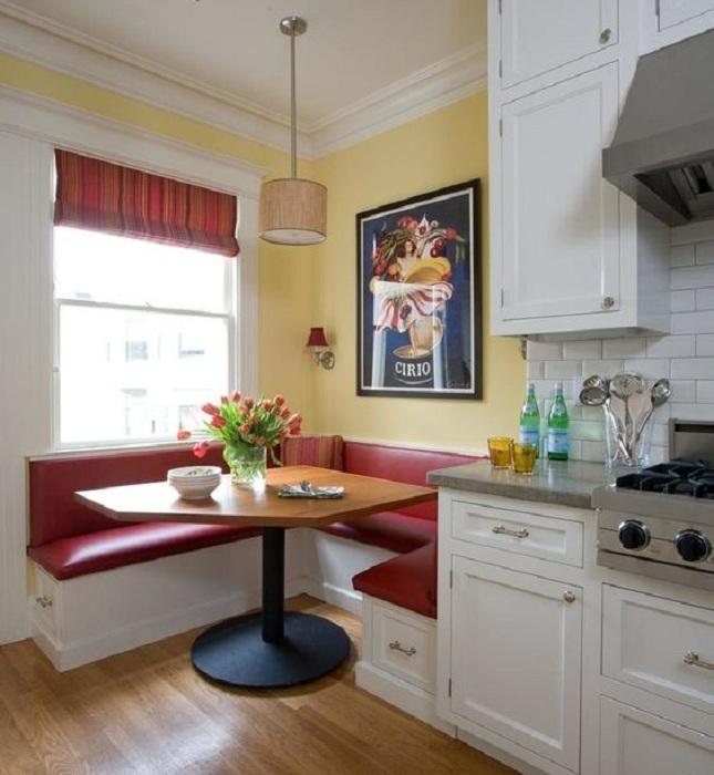 Очень простой, но яркий вариант оформления кухни в белом цвете с добавлением ярко алого для создания большего уюта.