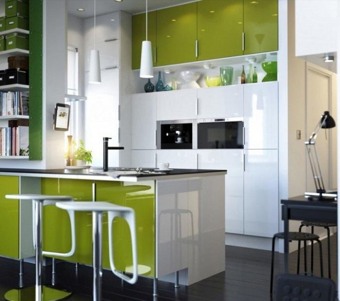 Красивый декор кухни в зеленых тонах с добавлением белого станет просто отличным вариантом для оформления небольших помещений.