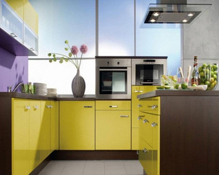 Интересный интерьер мини-кухни в желто-коричневы тонах, что создаст интересную обстановку в помещении кухни.