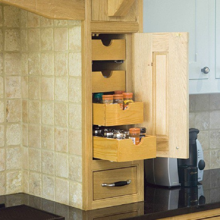 Скрытый деревянный шкафчик для нужных вещей на кухне, что станет просто настоящей находкой.