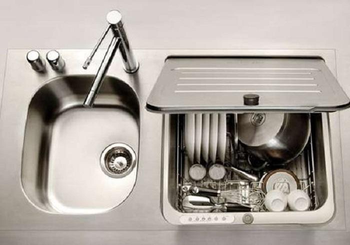Прекрасное кухонное пространство оформлено при помощи отличной металлической мойки, что преображает интерьер.