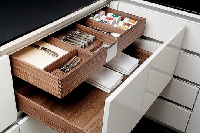 Просто отличный вариант для хранения столовых приборов, что станет просто отличным и красивым местечком на кухне, что сполна преображена.