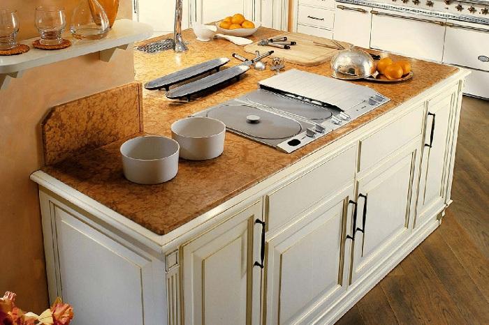 Отменный интерьер на кухне, который явно создан с целью экономии пространства.